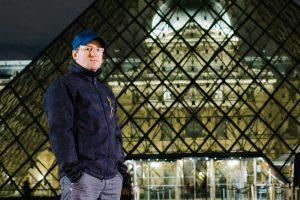 Fotograf Thorsten Hennig vor dem Louvre in Paris